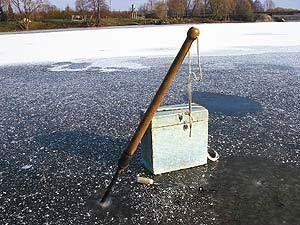Одно из правил безопасности рыбалки на первом льду - использование пешни
